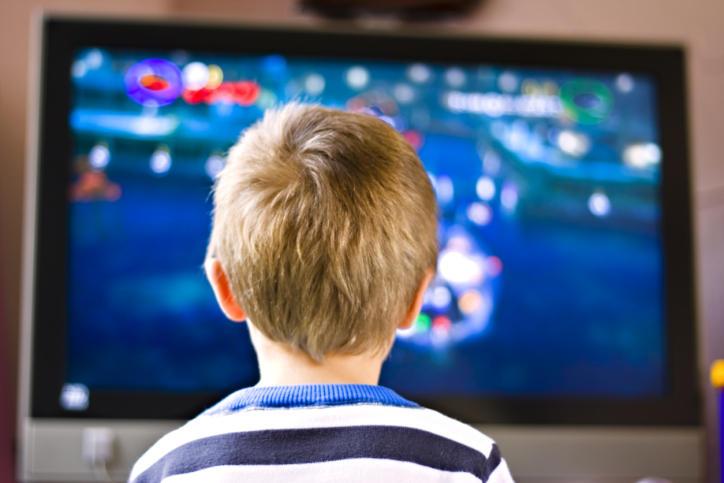 Qëndrimi pranë TV-së ndikon në peshën e fëmijëve