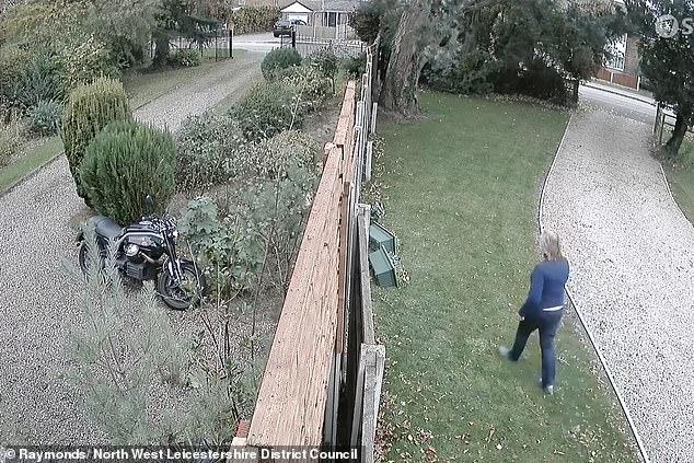 Video ku shihet pensionistja 79-vjeçare duke rrëzuar saksitë e fqinjes