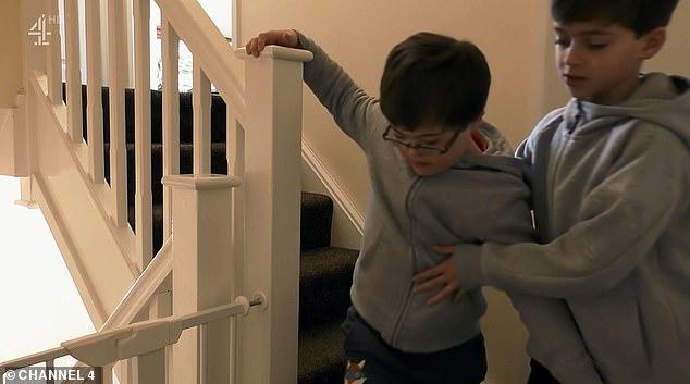 Shikuesit mbeten zemërthyer kur shohin sesi i vogli kujdeset për vëllain me Sindrom Down