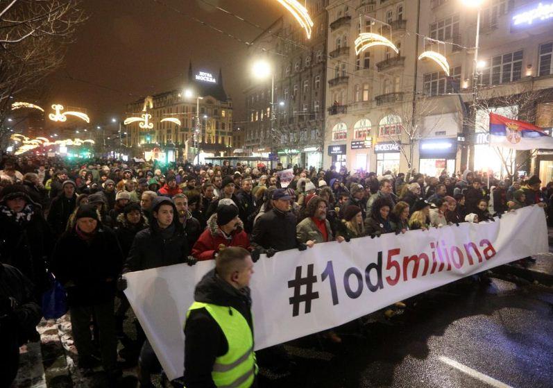 Edhe Opozita në Serbi bojkoton Parlamentin dhe i bashkangjitet protestave