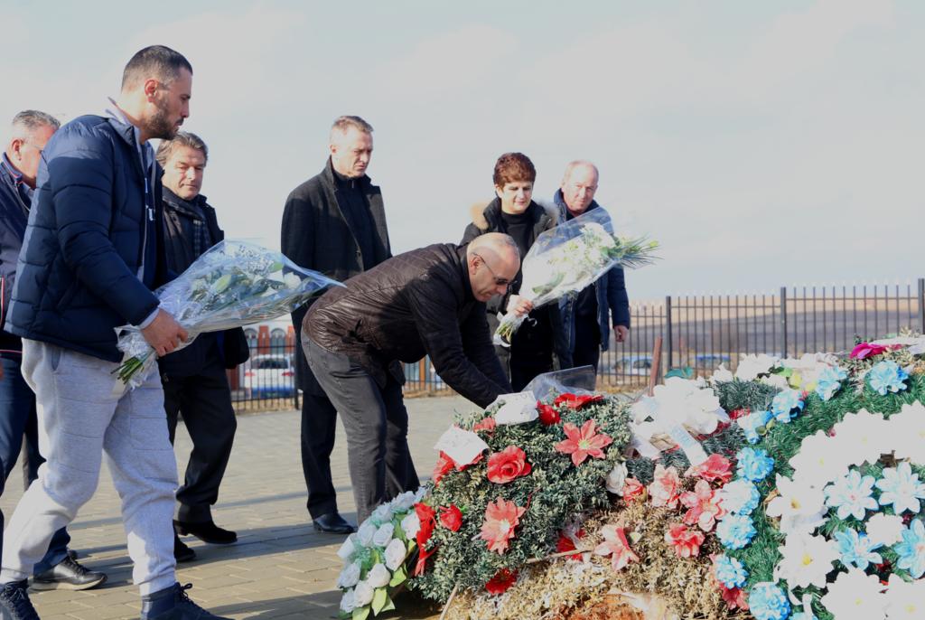 Krerët e FFK-së bënë homazhe te varri i presidentit Vokrri