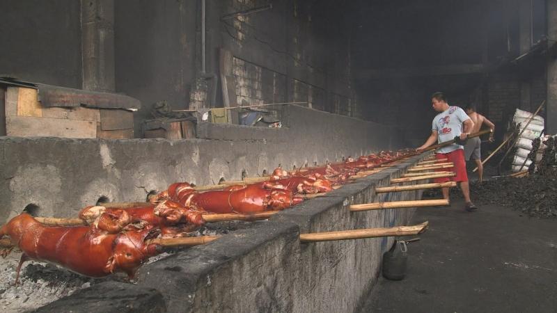 Filipinet festojnë me derrkuca, ushqimin kombëtar të vendit