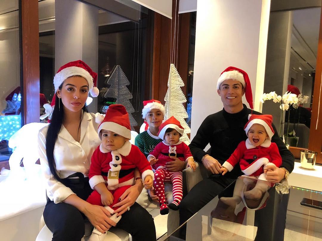 Gëzuar Krishtlindjen nga familja e CR7! (FOTO)