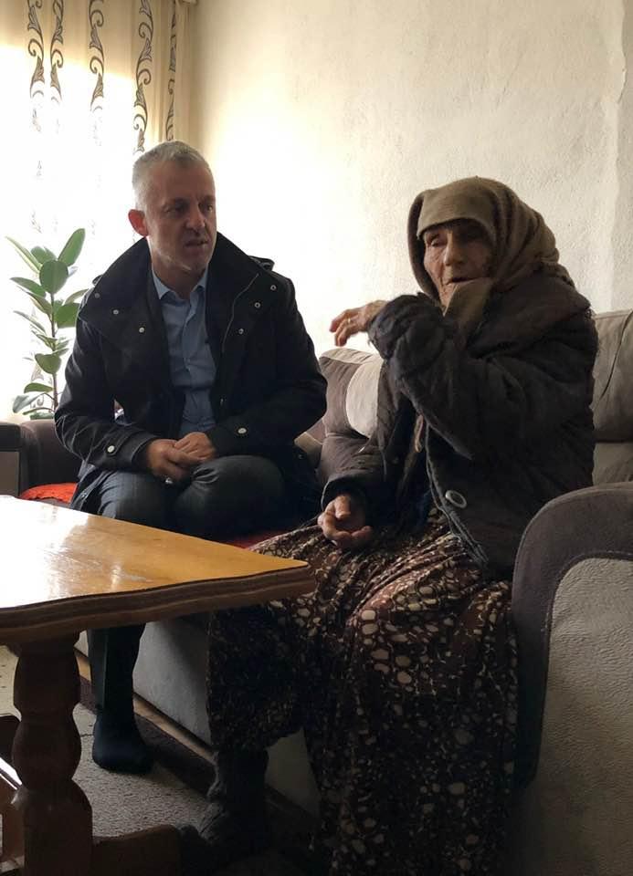 Halil Kastrati ndihmon nënën e dëshmorit nga Drenasi
