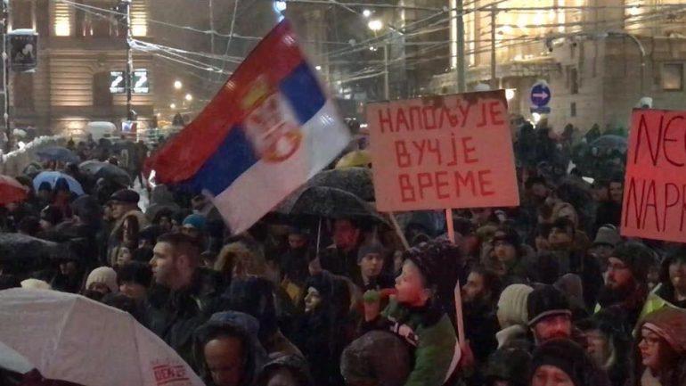 Mijëra qytetarë protestojnë sonte në Beograd