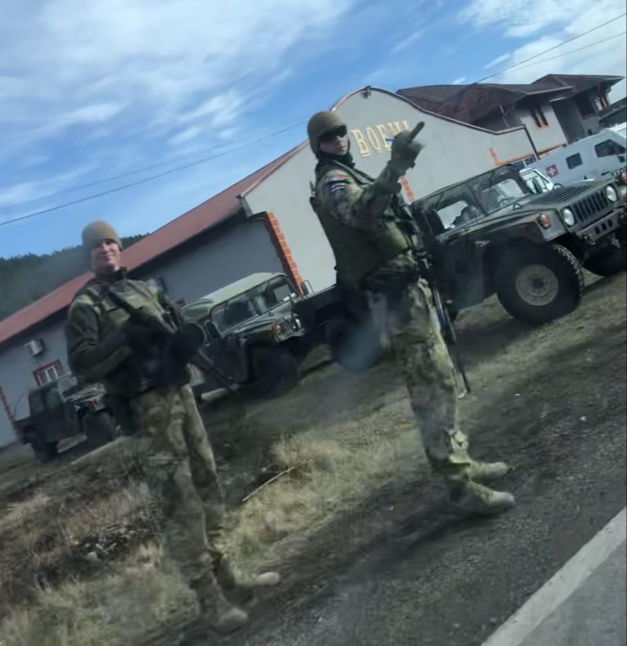 """""""PROVOKACIJA"""": Ushtari i KFOR-it ju tregon gishtin e mesëm serbëve, ja ku?"""