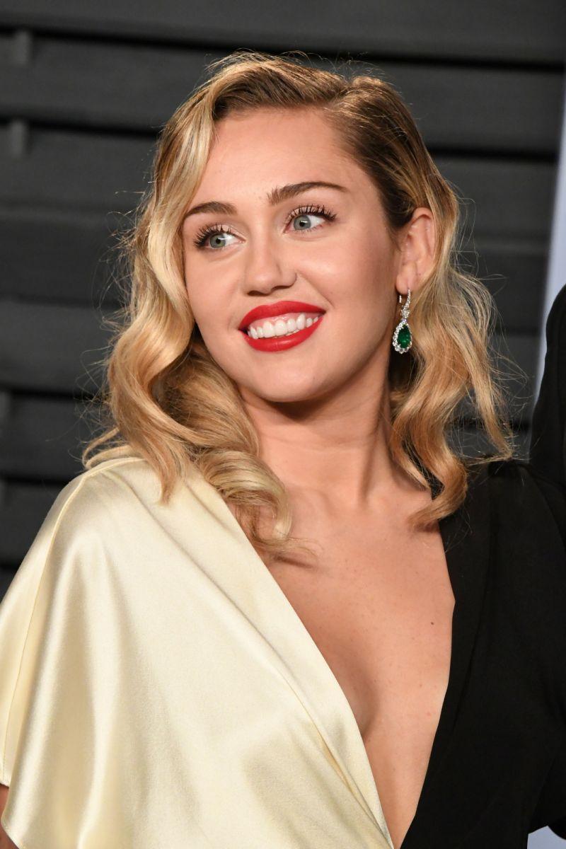 Miley Cyrus: Mamaja më shtyn për përdorimin e marijuanës