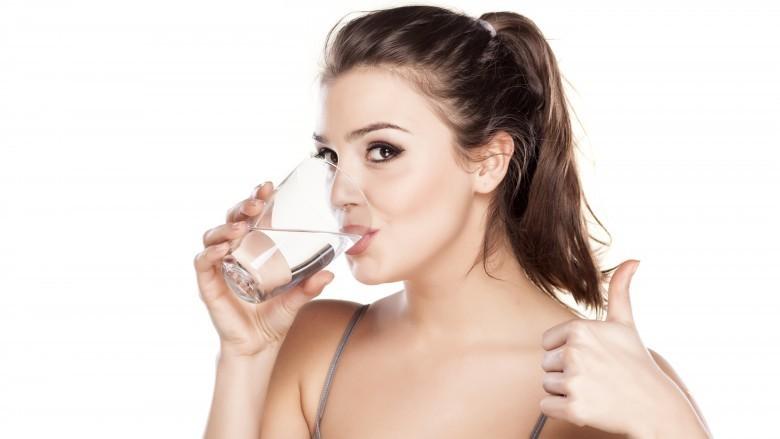 Shenjat që tregojnë se nuk konsumoni mjaftueshëm ujë