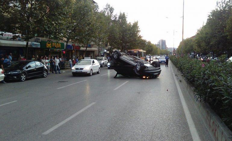 Aksident në Tiranë, makina përplaset me motorin