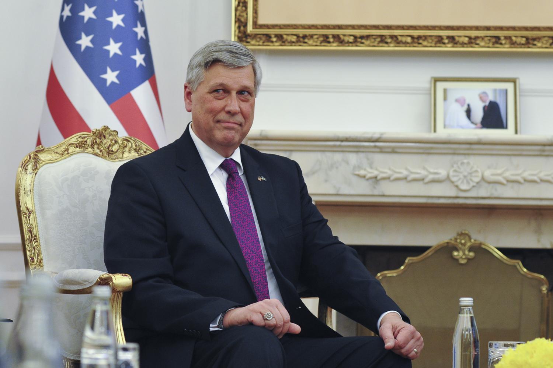 Ambasadori amerikan kërkon nga qytetarët që të luftojnëzyrtarët e korruptuar në Kosovë