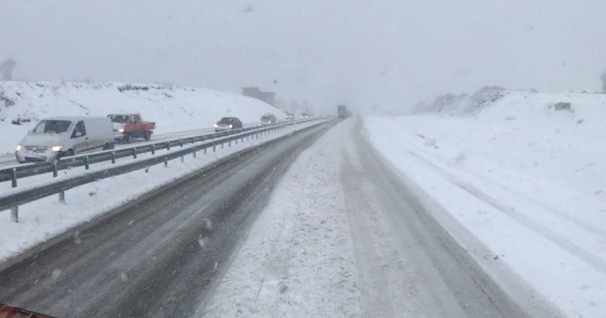 Bora bllokon magjistralen Prishtinë-Shkup