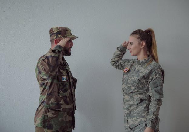 Kurorëzohet një çift me uniformë ushtarake në ditën e formimit të Ushtrisë