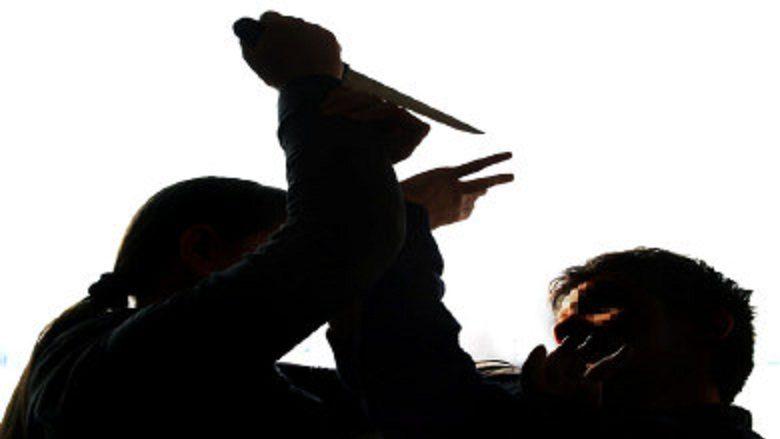 Grinden studentet shoqe të dhomës, përdorin edhe thikë