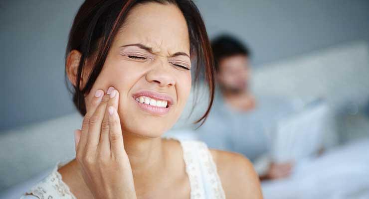 Si t'i parandaloni dhimbjet e dhëmbit në kushte shtëpiake