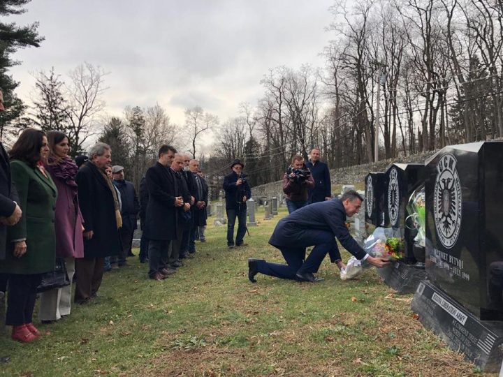 Veseli vendos lule në varret e vëllezërve Bytyqi në New York