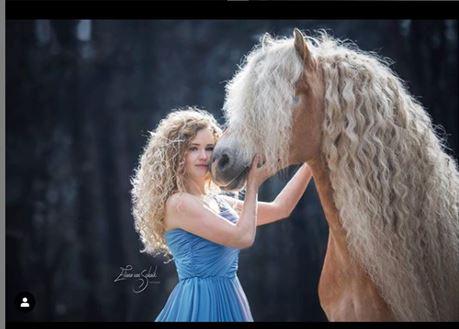 """Njihuni me """"Rapunzel"""", kali që po çmend rrjetin me flokët e tij"""