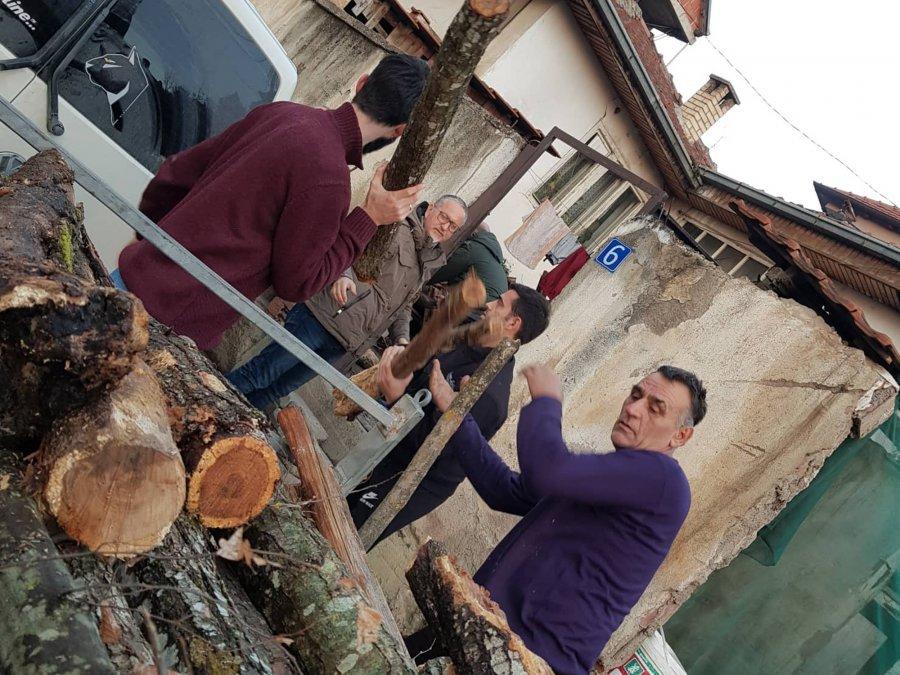 VV në Prishtinë shpërndan drunj për skamnorët, akuzon PSD-në për vjedhje