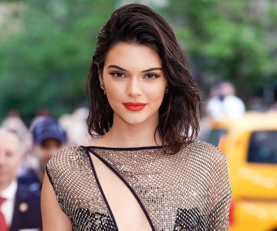 Kendall Jenner provokon keq, pozon vetem me peshqir