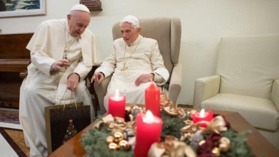 Vizita për Krishtlindje/ Papa i çon dhuratë… Papës