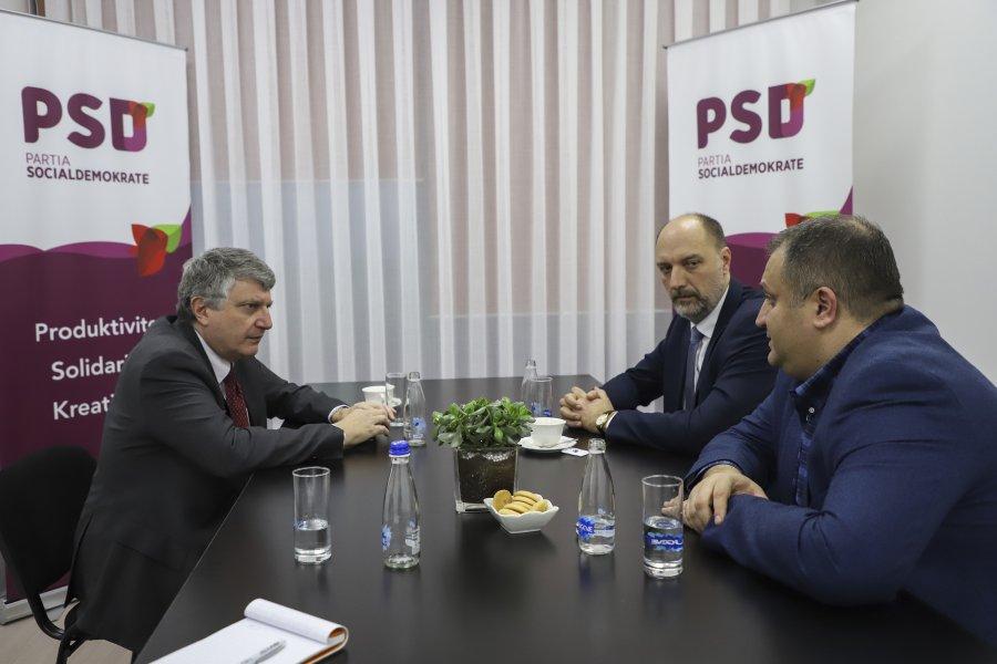 Ambasadori i Francë bisedon me Shpend Ahmetin dhe Visar Ymerin për dialogun