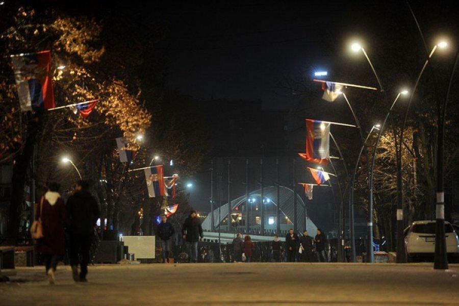 Veriorët përgjigjen me flamuj të Serbisë për flamujt e SHBA-së në jug e për formimin e Ushtrisë