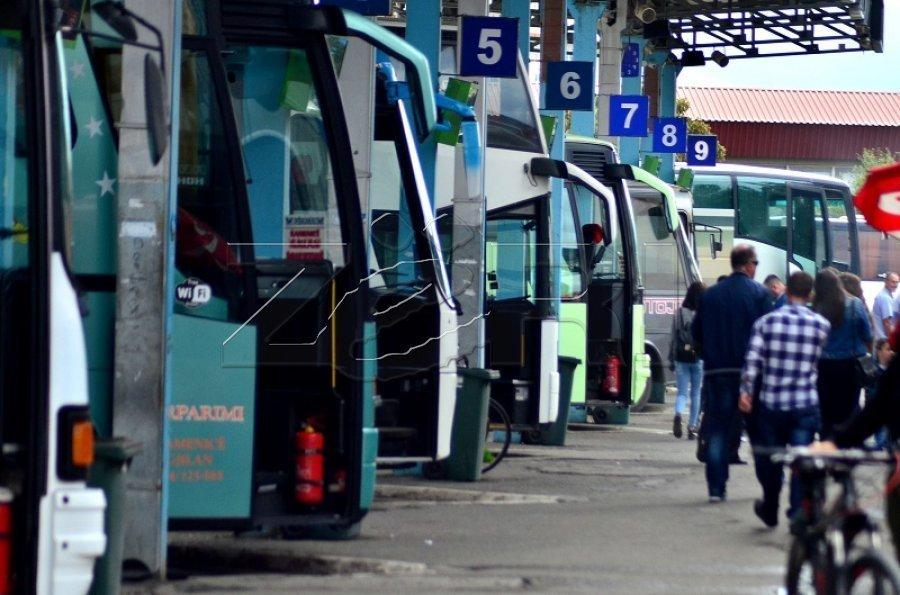Kërkohet të shfuqizohet vendimi për taksën e qytetarëve në Stacionin e Autobusëve