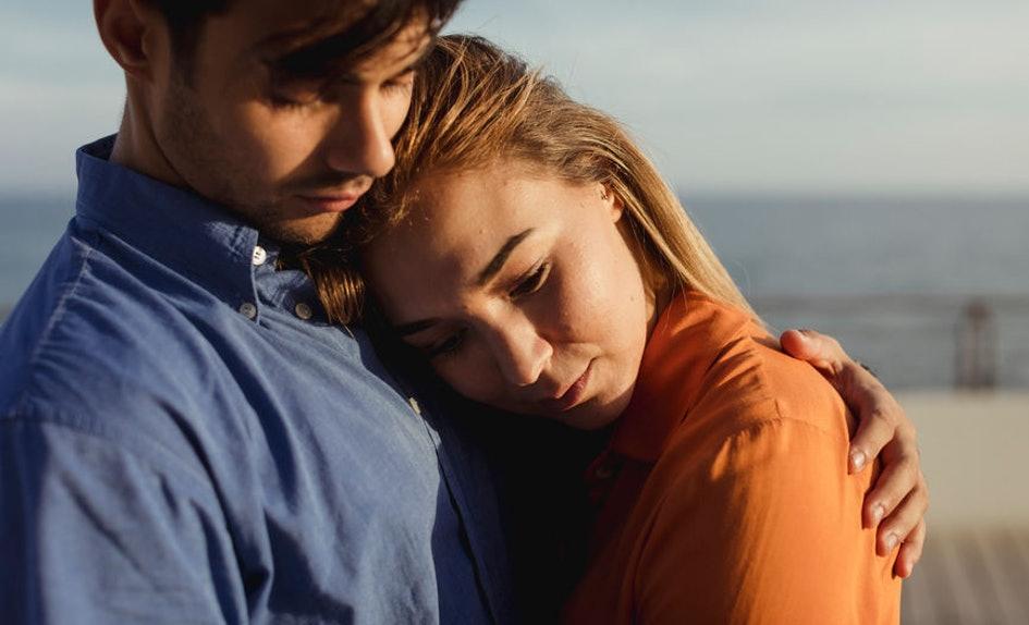 Pse njerëzit qëndrojnë në marrëdhënie të vështira?