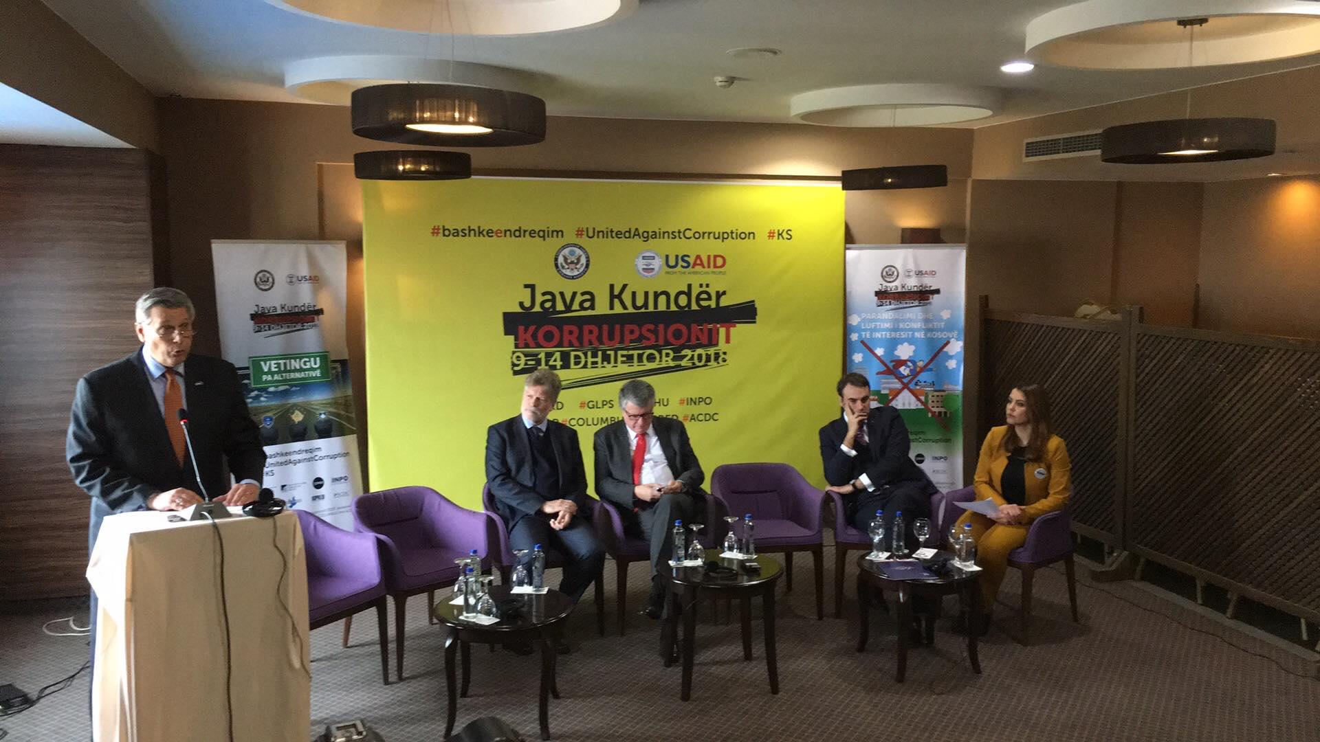 Ambasadori amerikan thotë se në Kosovë disa qeveritarë marrin mito