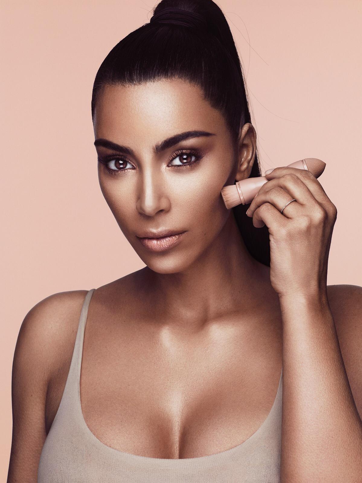 Kjo është arsyeja pse Kim Kardashian fle me grim