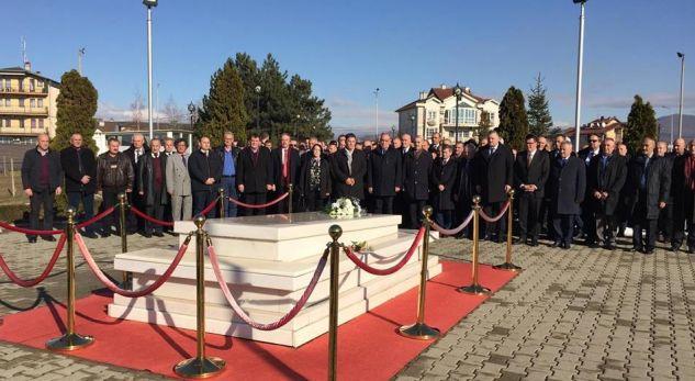 LDK në ditën e festës së partisë bëjnë homazhe tek varri i Rugovës