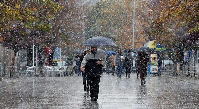Mos dilni pa çadër, sot do të ketë reshje shiu e bore