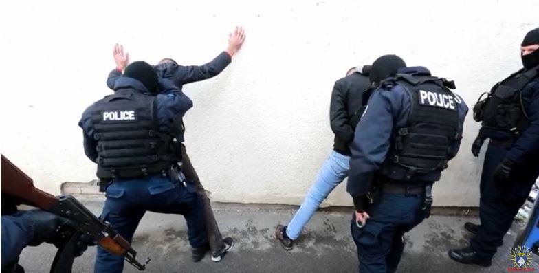 Policia arreston grabitësit me maska (Video)