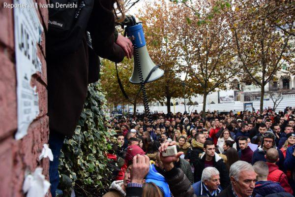 Më 28 dhjetor diaspora proteston në Tiranë