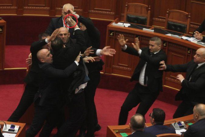 Deputeti demokrat tenton të godasë me vezë kryeministrin (VIDEO)