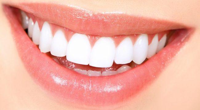 Ja si të shpëtoni njëherë e mirë prej ngjyrës së verdhë të dhëmbëve