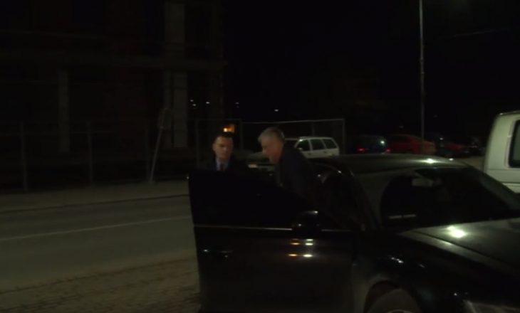 Thaçi viziton policët në Skenderaj në prag të ndërrimit të moteve