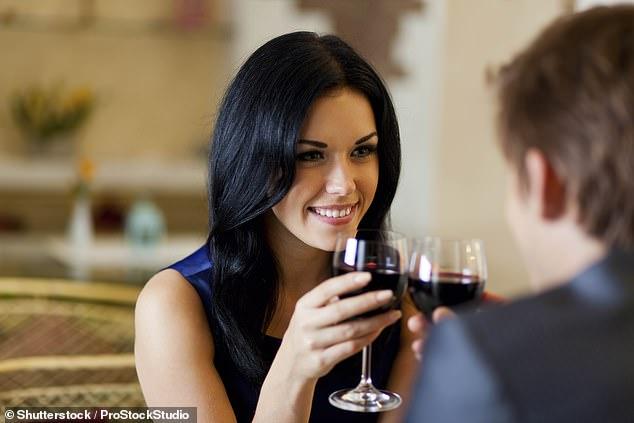 Mbajeni një sy hapur, të martuarit janë më të prirë për aventura jashtëmartesore gjatë fundvitit