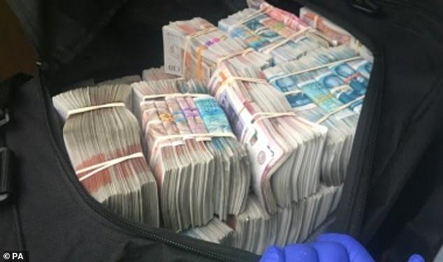 Policia gjen 400 mijë funta në një çantë