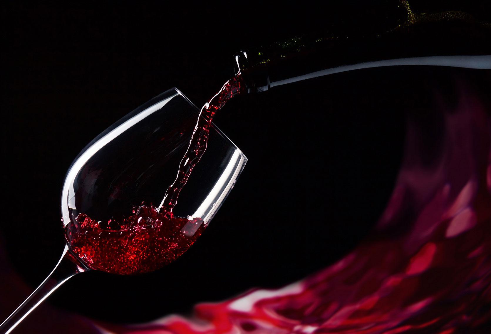 Një gotë verë e kuqe në ditë me të vërtetë e mban mjekun larg