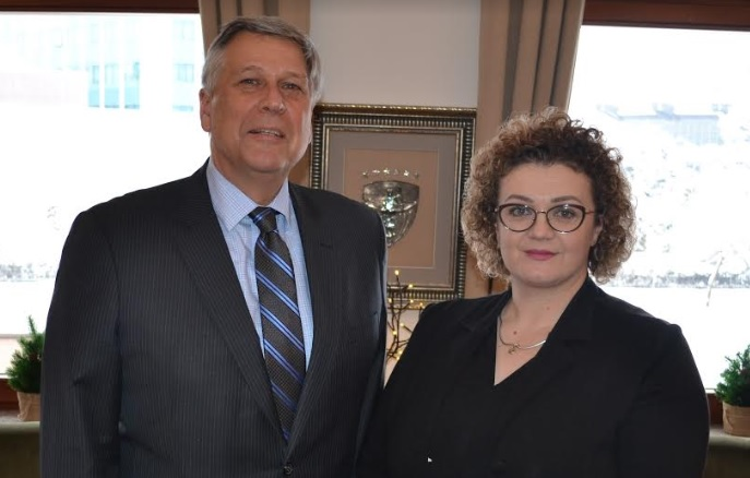 Kosnett viziton Kushtetuesen, konfirmon përkrahjen për pavarësimin e këtij institucioni