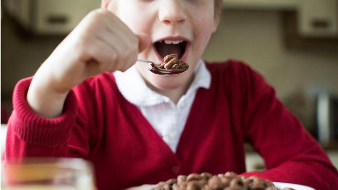 Fëmijët tejkalojnë limitet e sheqerit në moshën dhjetëvjeçare