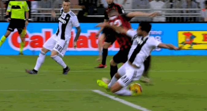 Gjyqtarët gabuan, ia mohuan Milanit një penallti të pastër ndaj Juventusit