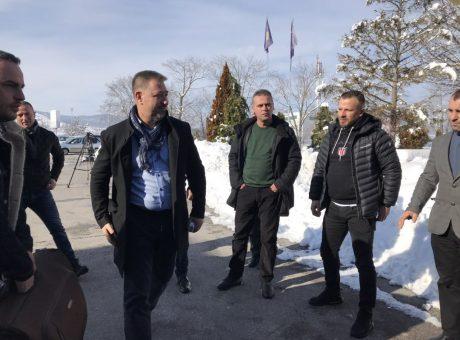 Sami Lushtaku arrin në Aeroport para nisjes për Hagë