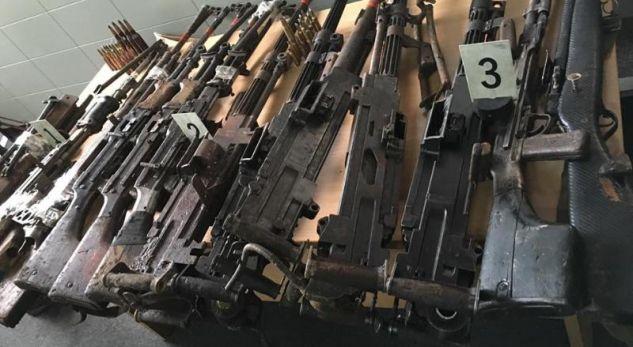 Konfiskohen armë pa leje dhe CS-Gas