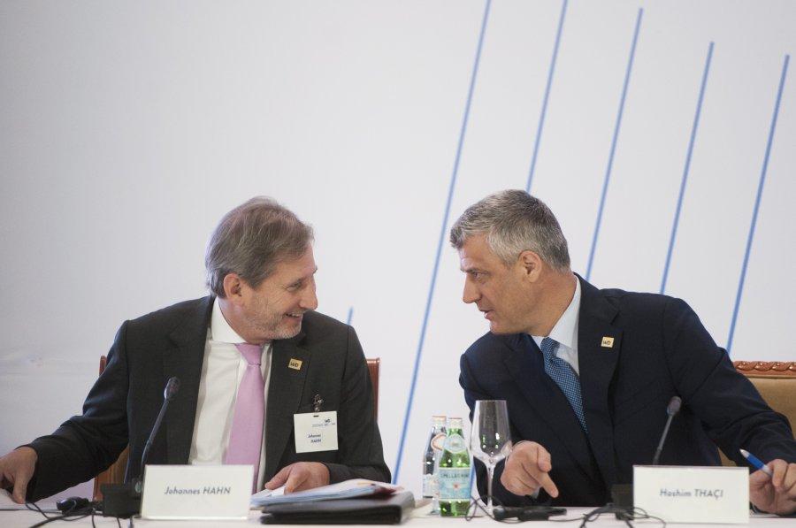 Thaçi në Davos bisedon Hahnin për dialogun dhe për vizat
