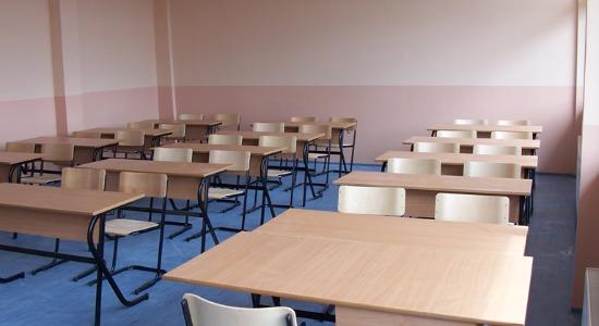 Edhe kjo ndodh në Kosovë: Në mungesë të mësueses, orët mësimore i mban prindi i një nxënëseje
