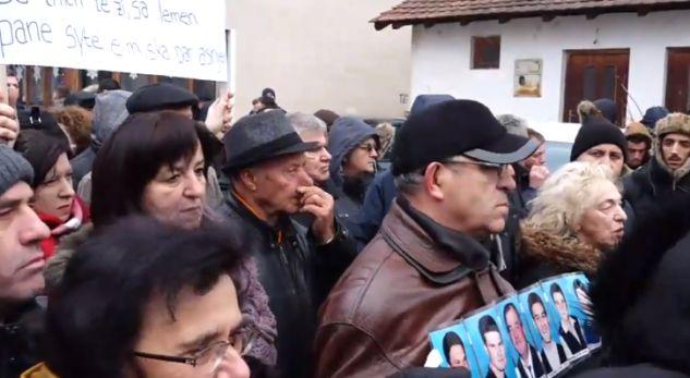 Protestohet kundër vizitës së serbëve në Gjakovë