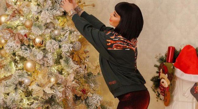 Fansja i bën një dhuratë të këndshme Jonida Maliqit