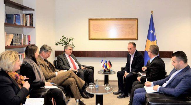 Limaj takon ambasadorin gjerman dhe francez, ja çka biseduan