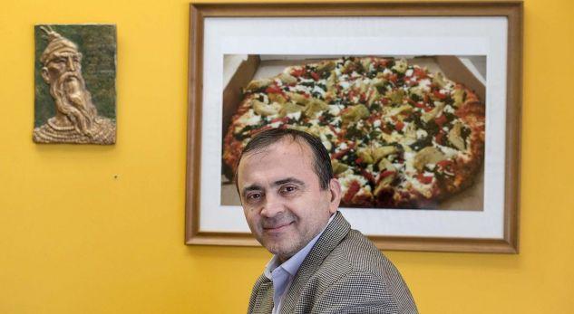 Historia interesante e shqiptarit që jeton në Kanada: Punon në piceri, por shkruan edhe romane